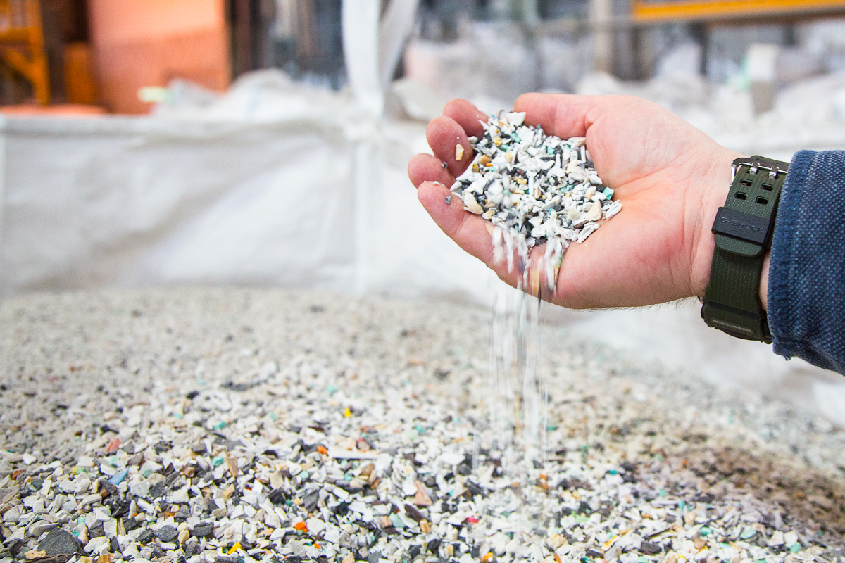 Separating metal from plastic to be recycled